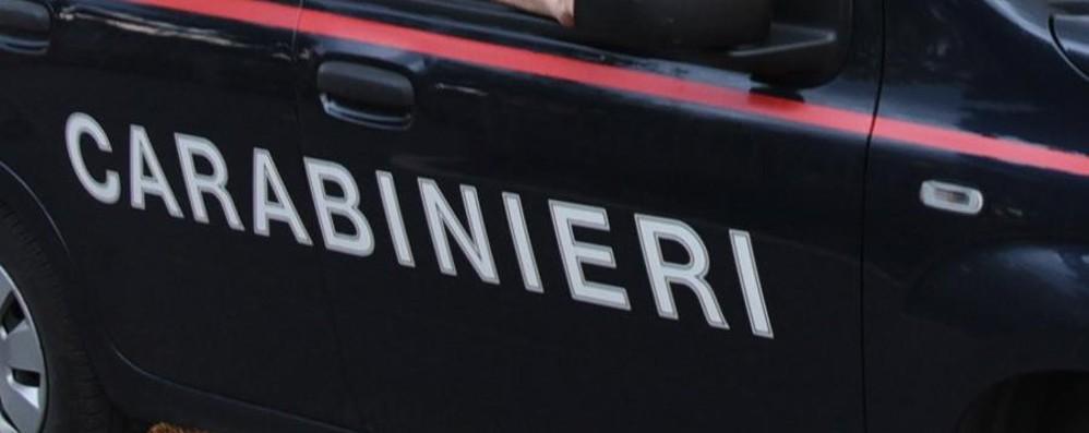 Danneggia auto, si barrica in casa e aggredisce i carabinieri: arrestata