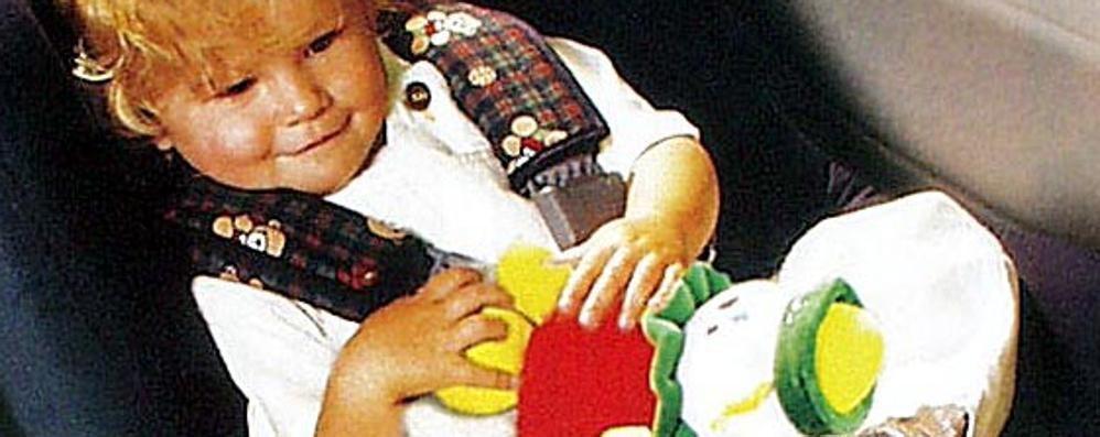 Lascia la bimba di 2 anni in auto «Dormiva, mi dispiaceva svegliarla»