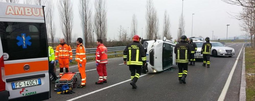 Auto si ribalta vicino all'ospedale Due feriti a Bergamo - Le foto