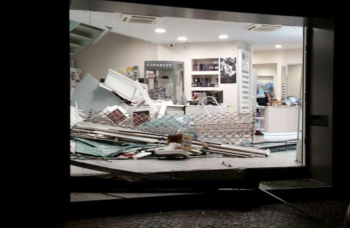 7d576c10e9 Casazza, spaccata all'ottica Segantin Negozio distrutto, via ...