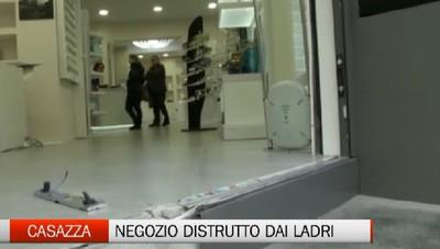 Spaccata a Casazza, negozio distrutto