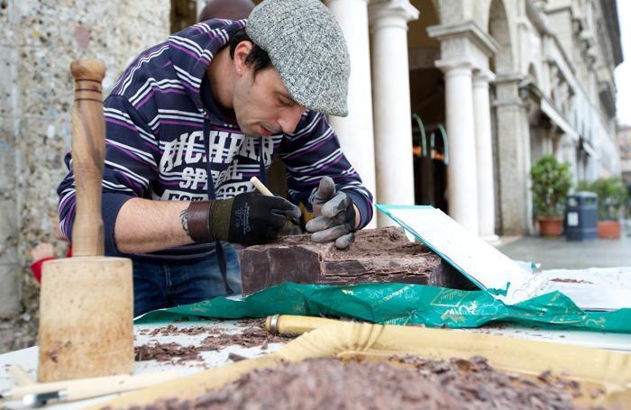 Bergamo -Scultore del cioccolato sul sentierone per la fiera del cioccolato