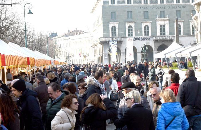 persone sul Sentierone di Bergamo durante la fiera del cioccolato