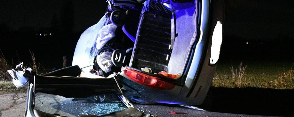Ghisalba, schianto e l'auto si ribalta Tre in ospedale, grave un 35enne