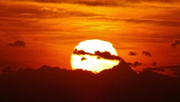 Non è un vulcano in eruzione ma il Monviso visto dalle Mura
