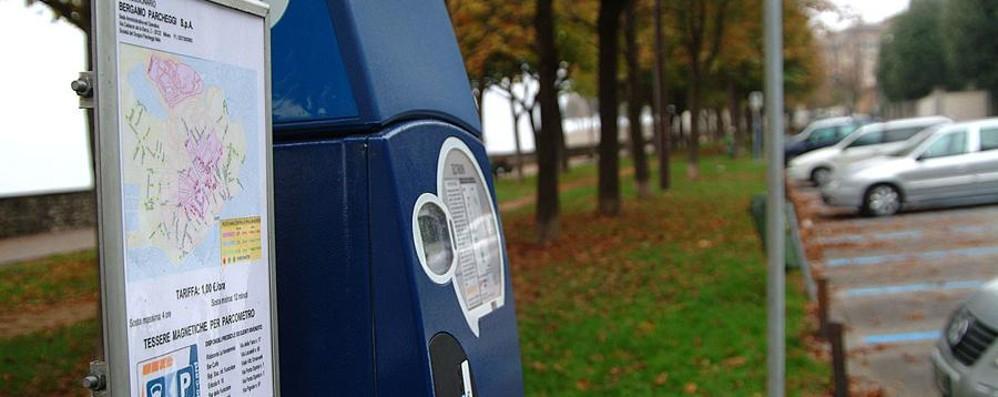 Bergamo, parcheggi a strisce blu Si dovrà inserire il numero di targa