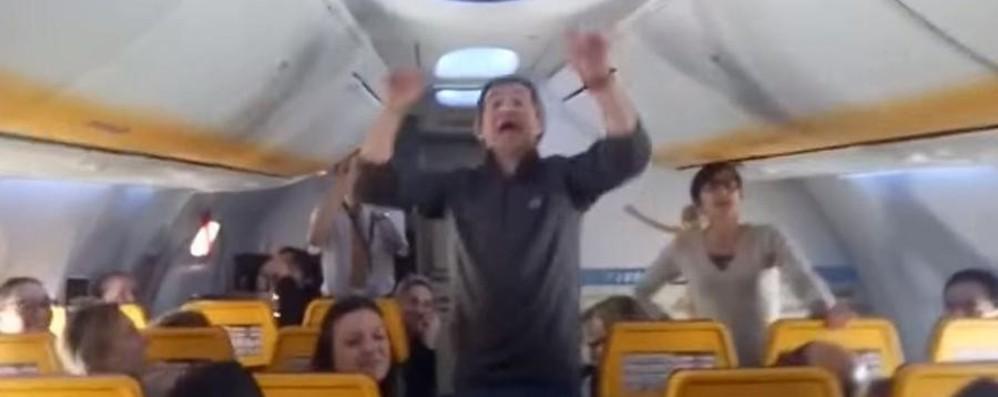 Coro improvvisa canzone in quota Cantano tutti i passeggeri del volo- Video