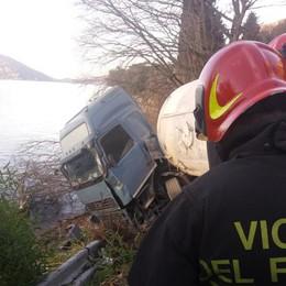 Tir si ribalta e rischia di finire nel lago Incidente a Predore, illeso l'autista
