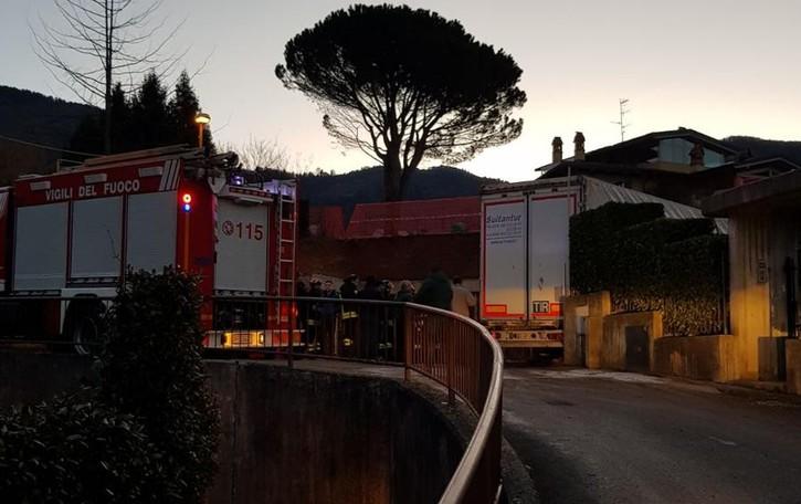 La strada è stretta e il camion si incastra Arrivano i vigili del fuoco a Leffe - Foto