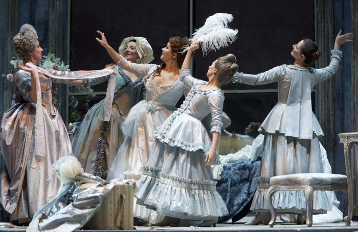 Una scena della «Manon Lescaut» di Giacomo Puccini con  i costumi realizzati con tessuti Albini