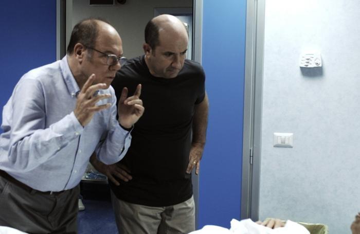 Carlo Verdone in una scena di «L'abbiamo fatta grossa» con Antonio Albanese: l'attore romano indossa una camicia Albini