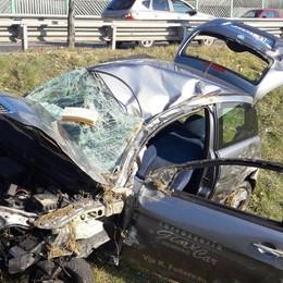 Sbanda per un ramo sulla strada Circonvallazione Plorzano, auto si ribalta