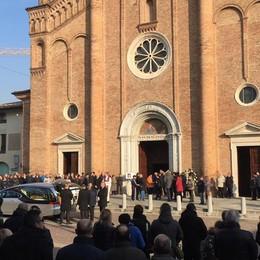 «Mattia, ora sei una stella nel cielo» Folla di giovani ai funerali del 18enne