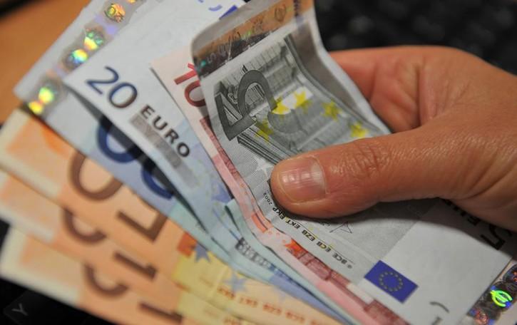 Preleva 3.000 euro in banca Scippato appena esce in strada