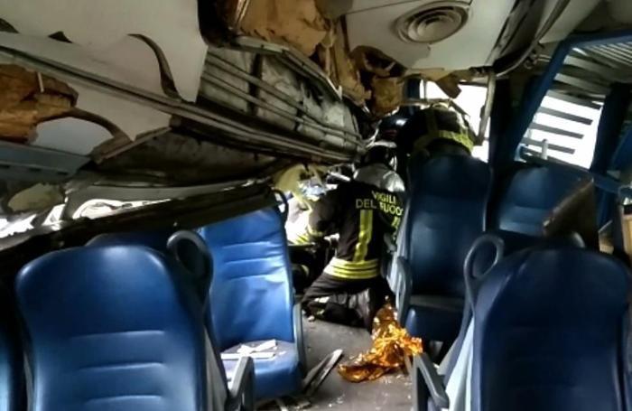 Vigili del fuoco in azione sull'incidente ferroviario a Pioltello