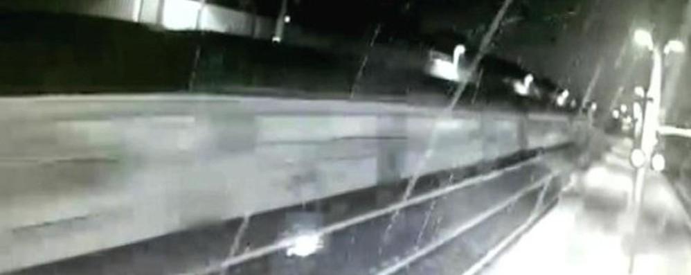 Scintille e fumo prima del deragliamento Il video del treno alla stazione di Pioltello
