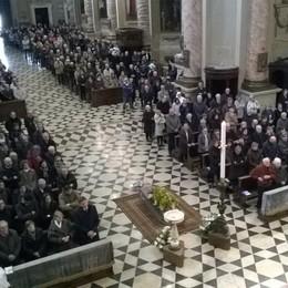 «Le sue mani e il suo sguardo» Folla per l'ultimo saluto a don Sana