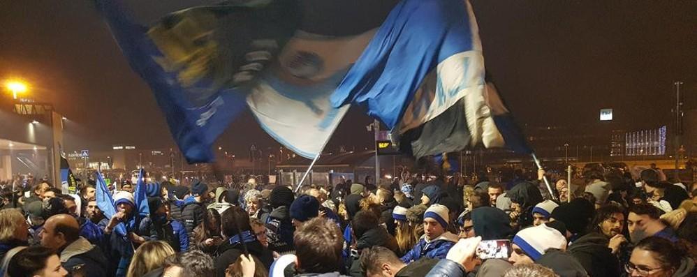 Impresa Atalanta, il cuore dei tifosi Accoglienza trionfale all'aeroporto