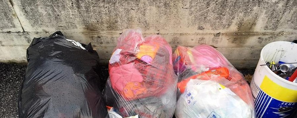 Niente bidoncino, espone i sacchi A Trescore si prende 300 euro di multa