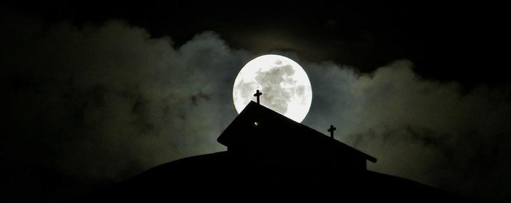 Sopra la nebbia la super luna In America sarà blu e rossa