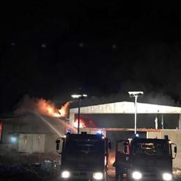 Incendio in un capannone nel Pavese Nube tossica, un centinaio gli evacuati