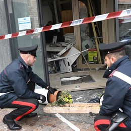 Botto con esplosivo al bancomat Mozzanica, «volano» banconote in aria