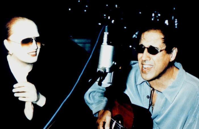 MI-8-12/5/98-MILANO-ALR-MUSICA: MINA-CELENTANO: OGGI UN ALBUM, FORSE DOMANI UN TOUR. Adriano Celentano e Mina durante le registrazioni del loro nuovo album che e' stato presentato oggi. ANSA