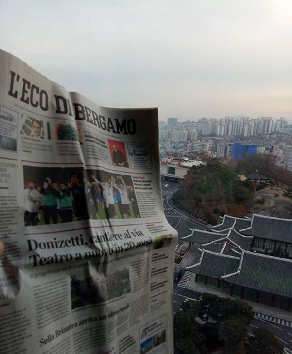 Giorgio Scuri mostra una copia de  L'Eco di Bergamo a Pyongyang