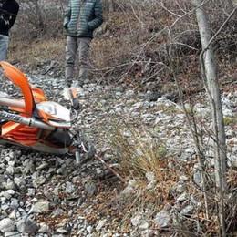 Rogno,  catena di ferro nei boschi Il motociclista ferito: smettetela con l'odio