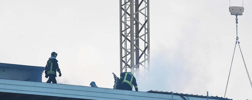 Brucia il tetto in un cantiere Rogo nella mattina a Treviglio