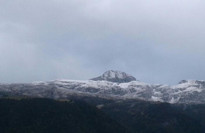 Dal versante della Presolana che dà verso la Val di Scalve. Nel bianco spunta il Ferrante