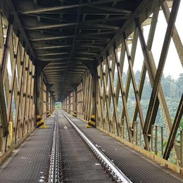 Calusco, bici e moto dopo 5 mesi di lavori «Il ponte ora regge solo il suo peso»