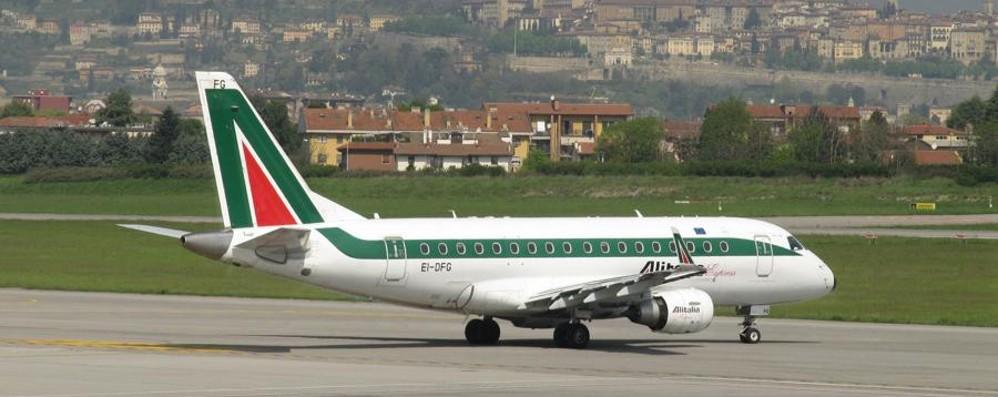 Linate chiude 3 mesi per rifare la pista Torna il volo Bergamo-Roma di Alitalia