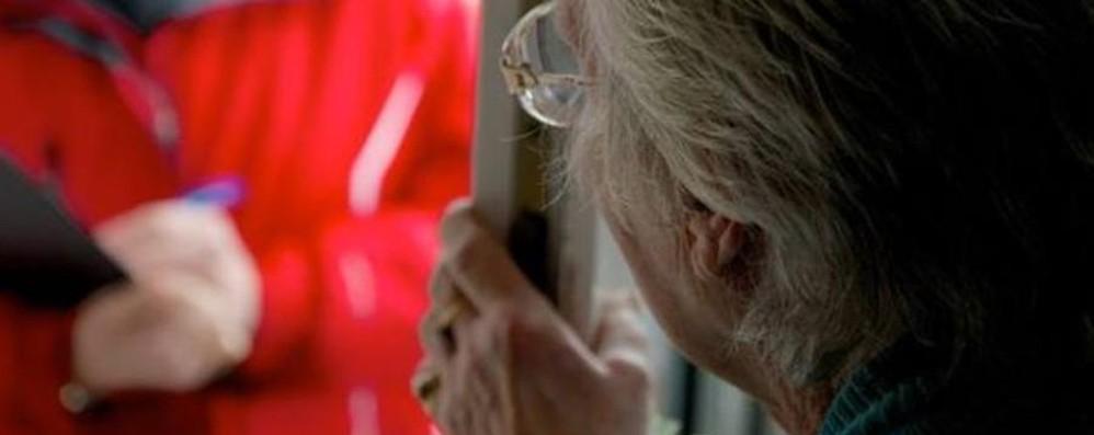 «Siamo del gas, c'è una perdita» Cassaforte svuotata a un'anziana