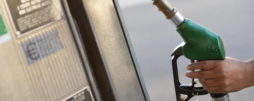 Il «caro benzina» accelera a ottobre  Nel 2018 ogni pieno costa 10 euro in più