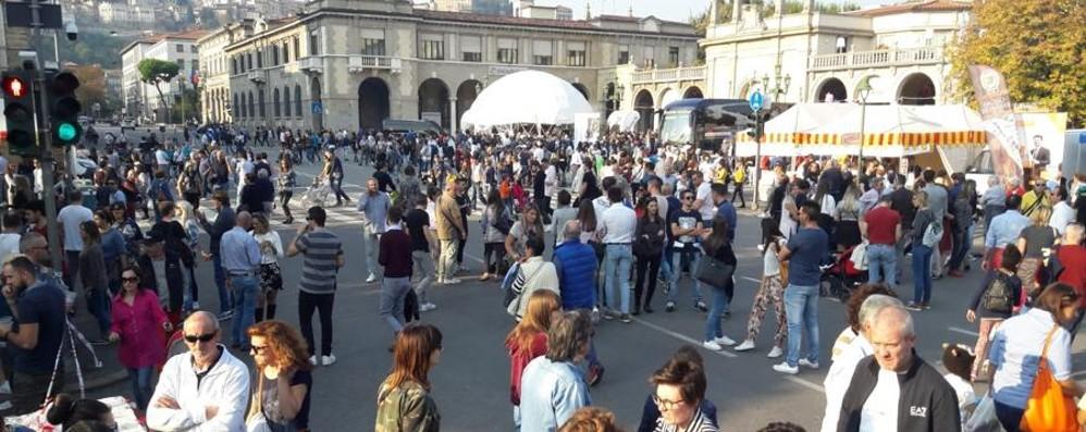 Bergamo, migliaia in centro per Mercatanti Viale Roma chiusa, traffico in tilt - Foto