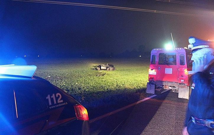 Tre ladri in fuga, inseguimento a 200 km/h Auto fuori strada, un morto e due  feriti gravi