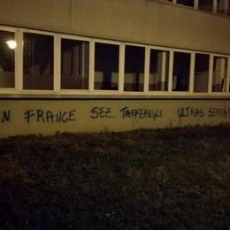 Vandali imbrattano le scuole a Seriate Lo sfogo del sindaco: «Ora pagano tutti»