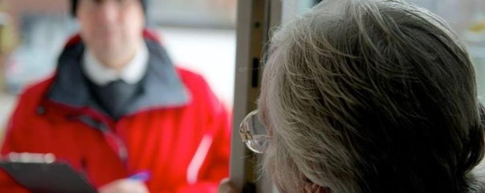 Finti tecnici e agenti nella Bassa L'allarme via social: «Non aprite»