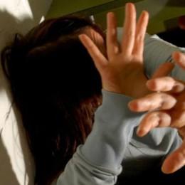Insulta, minaccia e picchia la moglie  Marito allontanato, violenze davanti ai figli