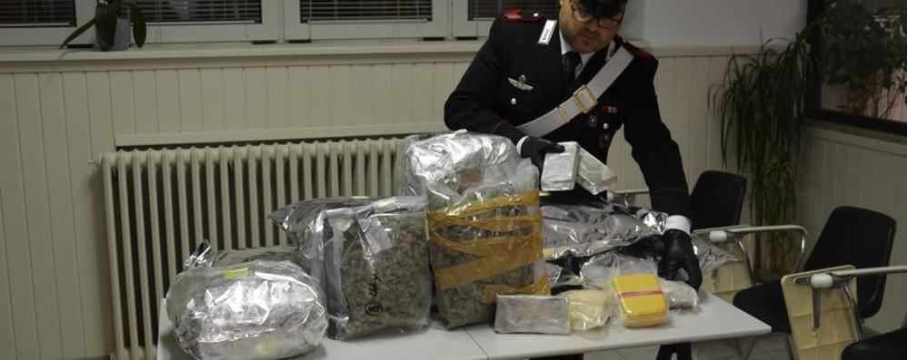 La droga nascosta sotto il letto - Foto Casa trasformata in raffineria a Osio