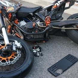 Schianto in moto, 15enne fuori pericolo Il 18enne è ancora in prognosi riservata