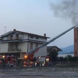 Incendio in una casa a Cenate Sotto Evacuate 20 persone, Statale 42 riaperta