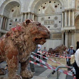 Il «leoncino» imbrattato a Venezia Svolta alle indagini con una bergamasca
