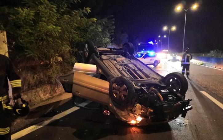 Si ribalta un'auto sulla ex statale 671 Salva una ragazza di 25 anni