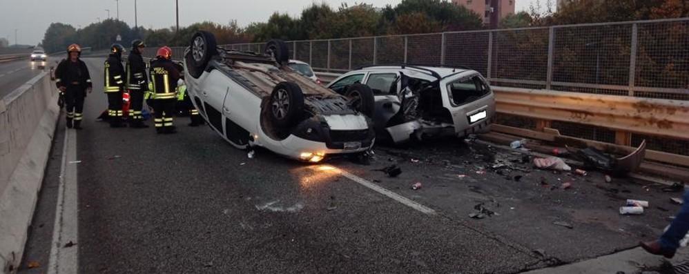 Bergamo, carambola in circonvallazione Auto si ribalta, tre persone ferite