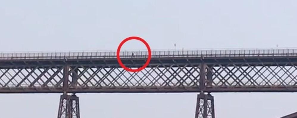 Calusco, a piedi sul ponte chiuso - Video  «E c'è pure chi sale per farsi i selfie»