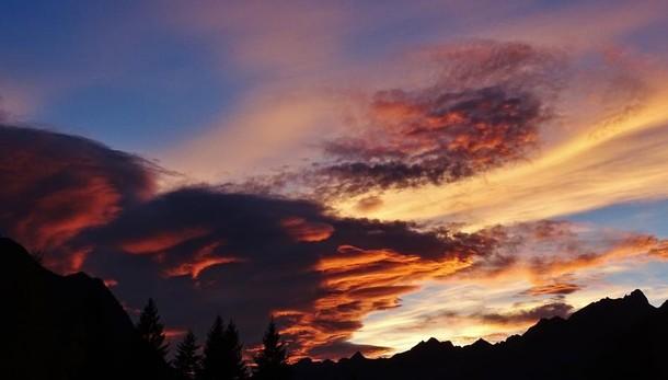 Un tramonto multicolor sulle Orobie Gli esperti: effetto unico di nubi e vento