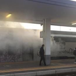 Fumo sui vagoni, fine corsa a Treviglio I pendolari: «Come castagne arrosto»