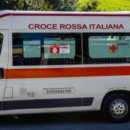 Manovra maldestra, furgone urta un bus Feriti sette bimbi alle piscine di Lovere